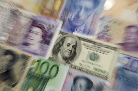 Рубль в плюсе, невзирая на подешевевшую нефть и возобновивший рост доллар