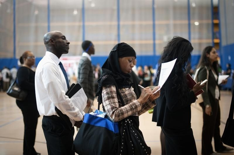 © Reuters.  U.S. jobless claims rise to 261,000 vs. 246,000 forecast
