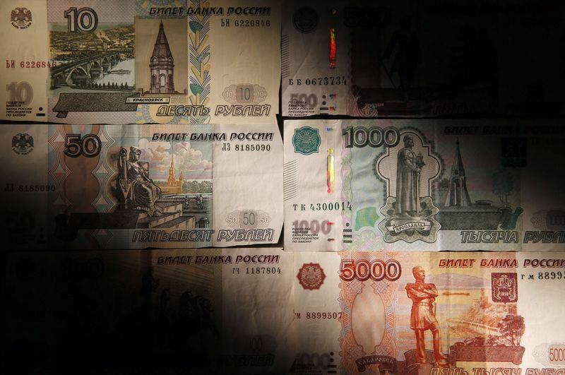 © Reuters.  Рубль готовится завершить неделю практически без изменений