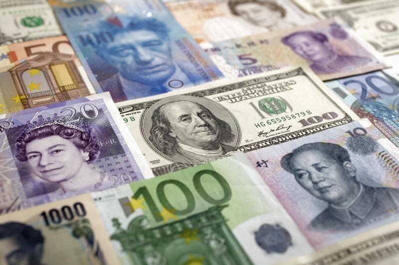 © Reuters.  Cредний курс покупки/продажи наличного доллара в банках Москвы на 16:00 мск составил 55,71/57 руб.