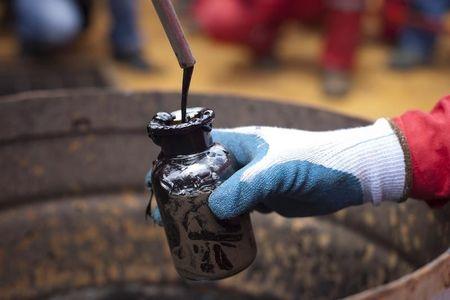 النفط الخام يتراجع على مدى 3 اسابيع وارتفاع الدولار يؤثر