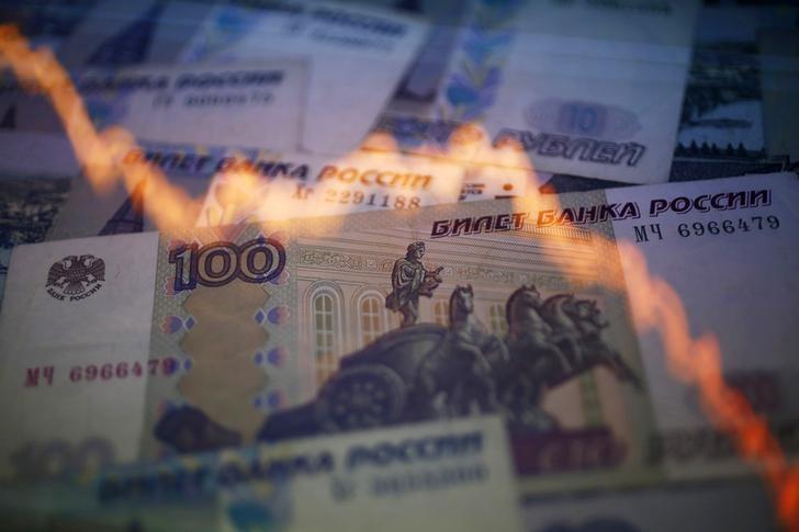© Reuters.  Рубль падает по отношению к доллару и евро