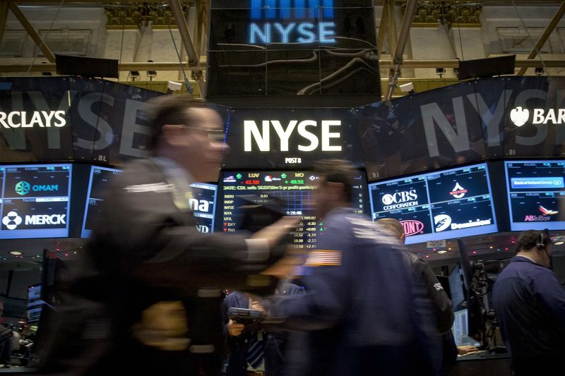 © Reuters.  Futures point to a seventh session of gains for the Dow, consumer sentiment on tap