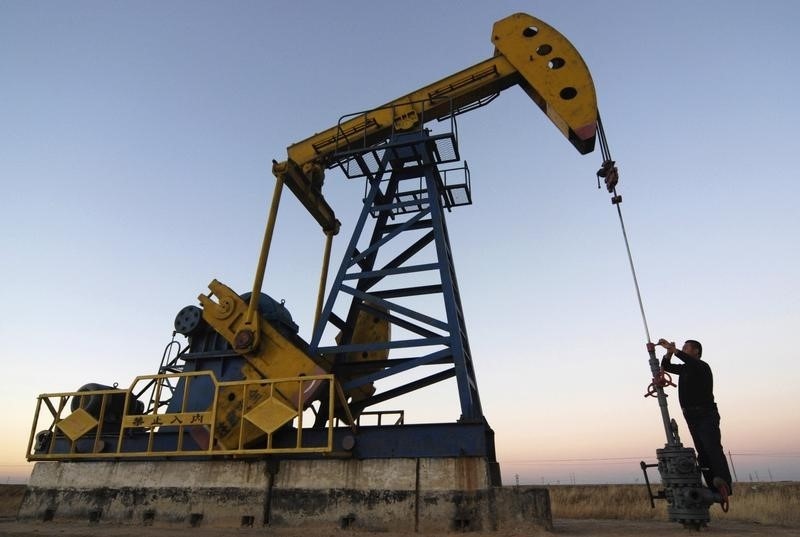 © Reuters. Oil prices lower to start the week