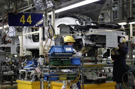 Demanda melhora e contração de serviços perde força em março, mostra PMI