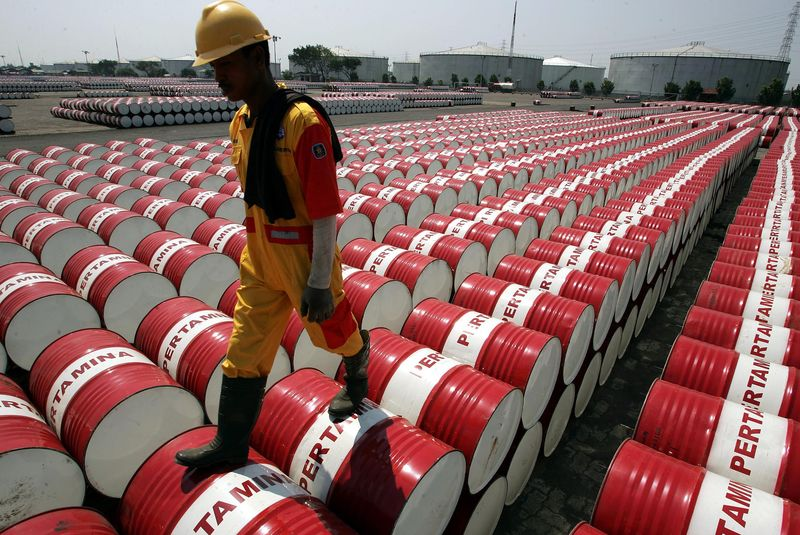 © Reuters.  Oil declines ahead of weekly EIA supply data
