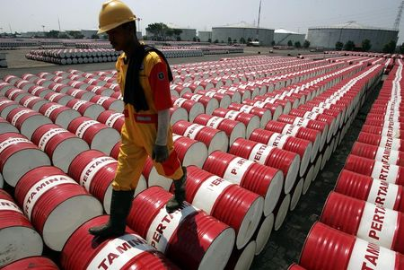 Crude futures tumble 2.5% to post weekly loss