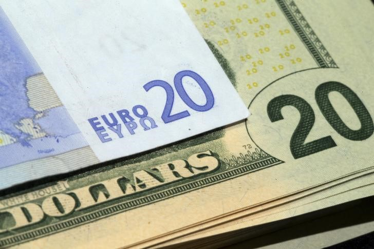 © Reuters.  Euro rises, dollar falls on Tuesday.