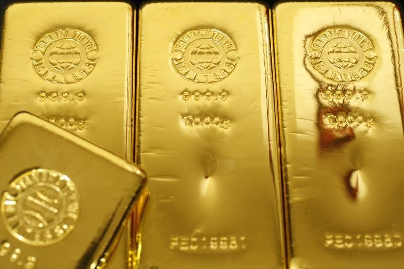 © Reuters.  PRECIOUS-Gold prices edge higher as global stocks sag, U.S. dollar slips