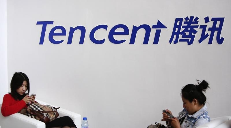 © Reuters.  China's tech giant Tencent will shutter its popular Texas Hold'Em poker video game