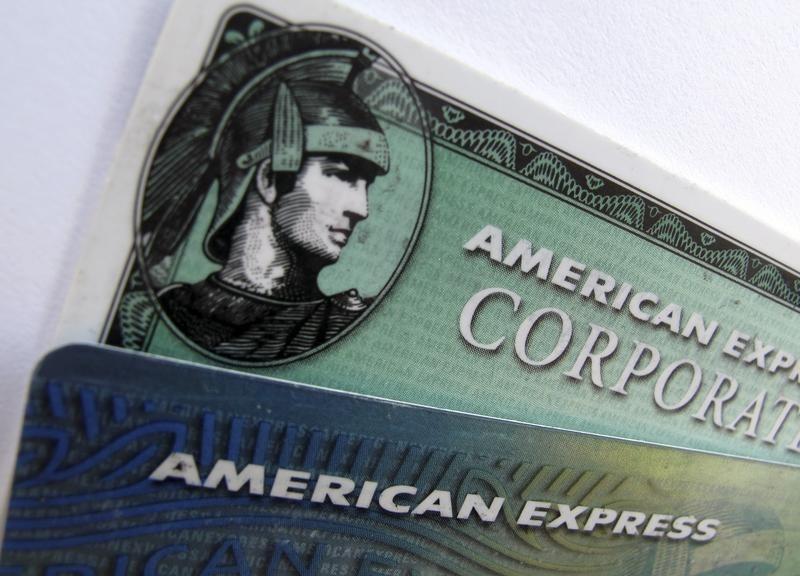 © Reuters.  American Express Falls 4%