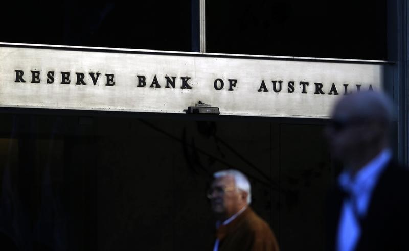 © Reuters.  UPDATE 1-Australia c.bank steps up warning on housing, cuts guidance