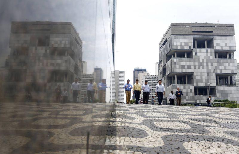 © Reuters.  Petrobras lidera perdas do Ibovespa em dia de forte queda do petróelo