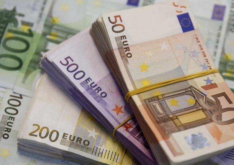 © Reuters.  Dólar sobe em relação a euro e iene