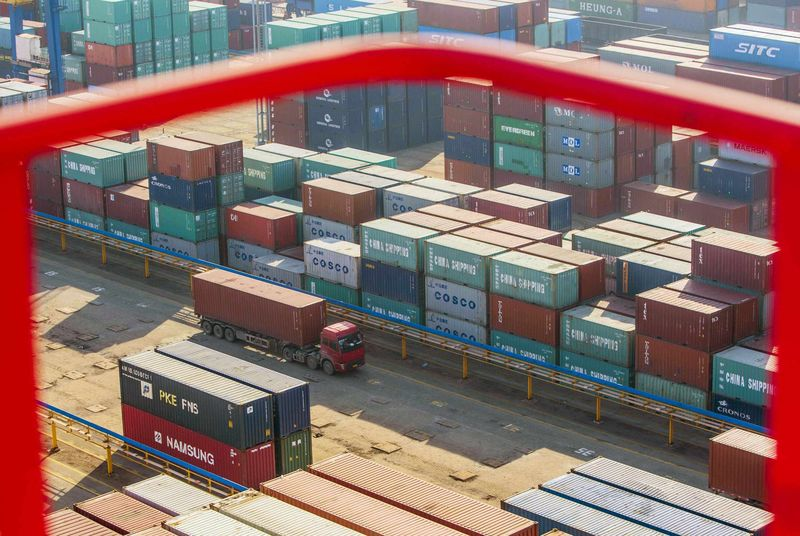 © Reuters.  German exports power through trade tensions in May