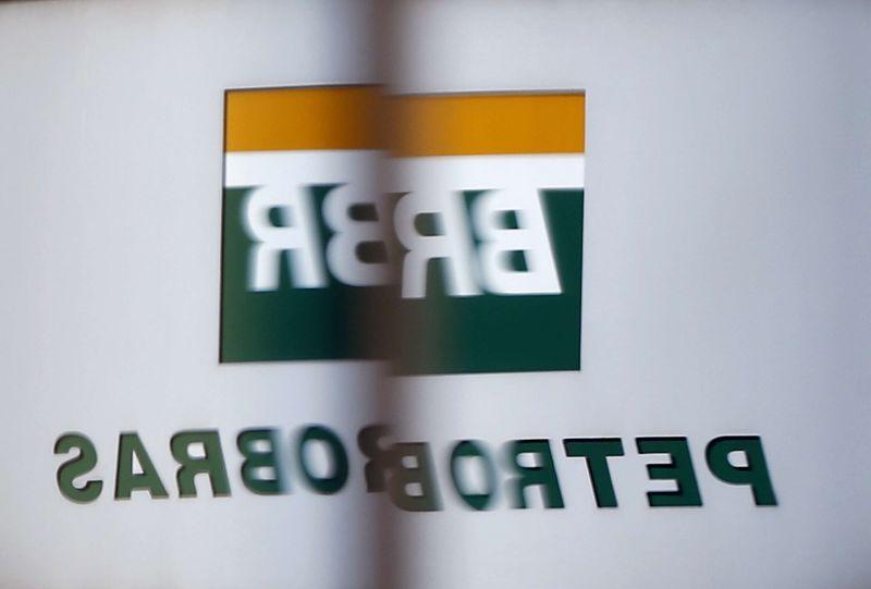 © Reuters.  Petrobras sobe quase 3% com petróleo e venda da TAG na reta final