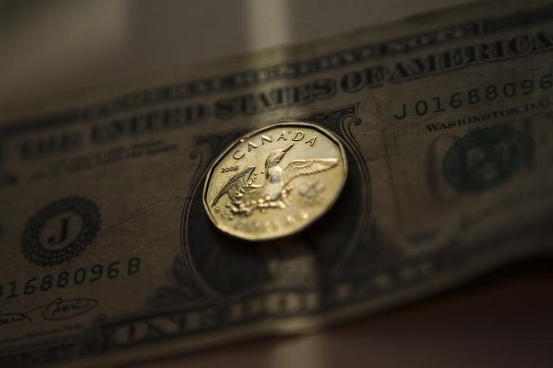 © Reuters.  Greenback moves lower vs. broadly stronger loonie