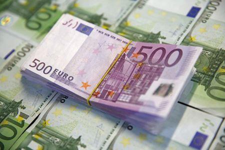 यूरो ट्रम्प के आगे तंग सीमा रखता है, ईसीबी वायरस प्रतिक्रिया