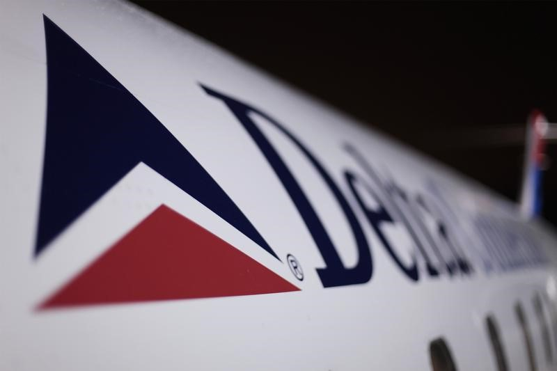 Delta Air warns of slowing revenue growth as gov't shutdown weighs