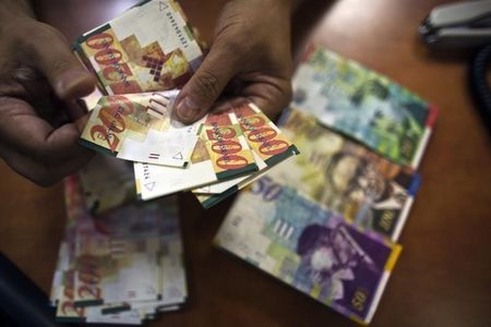 """""""الشيكل الإسرائيلي"""" يعجز عن استغلال ضعف الدولار"""