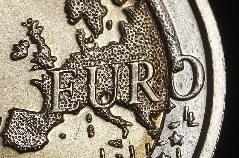 © Reuters.  Euro eases as Greece concerns weigh