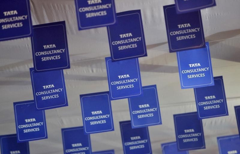 © Reuters.  UPDATE 2-India's TCS forecasts double-digit revenue growth after record profit