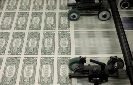CÂMBIO-Dólar tem leves variações sobre o real com foco em cena externa a política