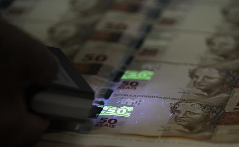 © Reuters.  Brazilian Real Plunges to Record Low Against Dollar