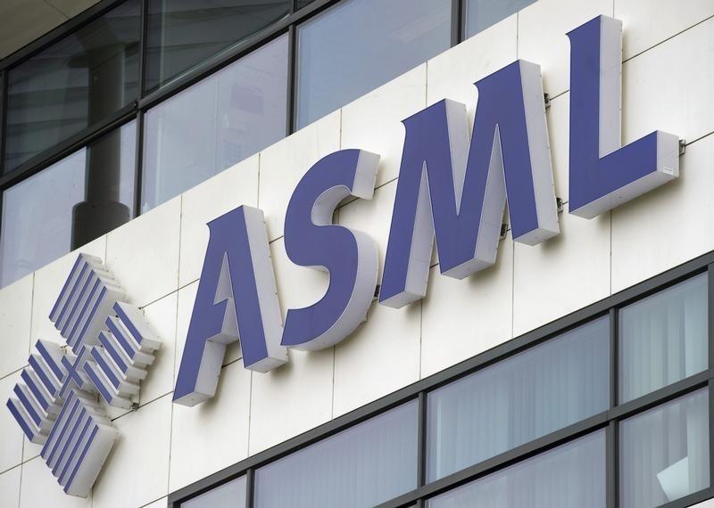 © Reuters.  UPDATE 1-European shares flat, weak oil majors offset gains in chipmaker ASML