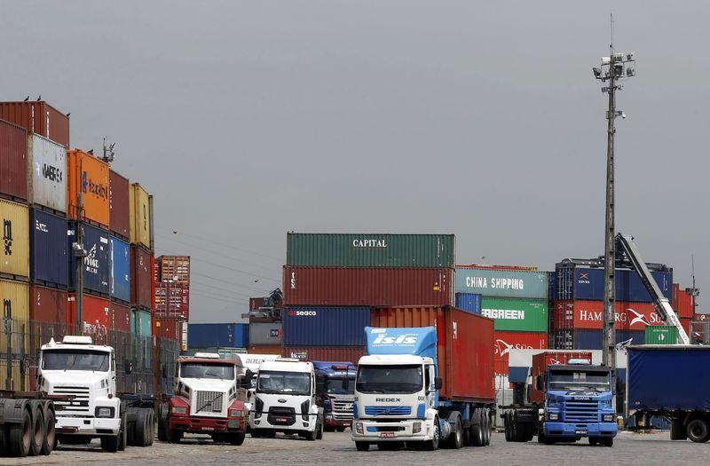 © Reuters.  Striking dockers shut down Israel's Haifa and Ashdod ports