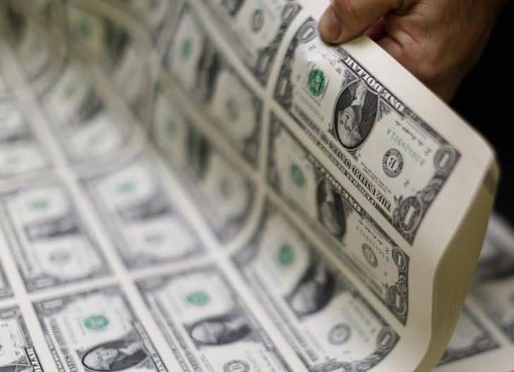 © Reuters.  U.S. dollar hits fresh low for the week as consumer sentiment drops, tax plans weigh