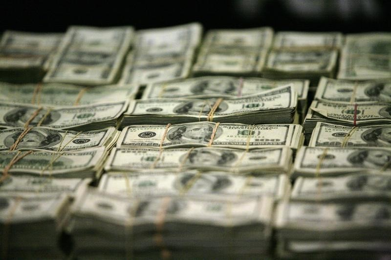 © Reuters.  Dollar slips vs. rivals with eyes on U.S. inflation report