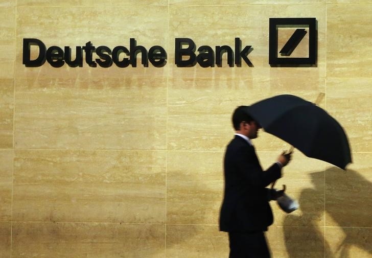 """© Reuters.  Deutsche Bank a -7% con Fed che definisce """"problematiche"""" sue attività"""