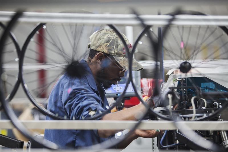 © Reuters.  UK manufacturing PMI falls to 17-month low of 53.9 in April