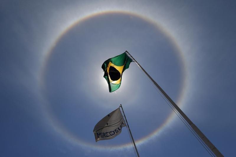 © Reuters.  CÂMBIO-Dólar sobe a R$3,17 com discussões sobre meta fiscal maior no Brasil e cenário externo