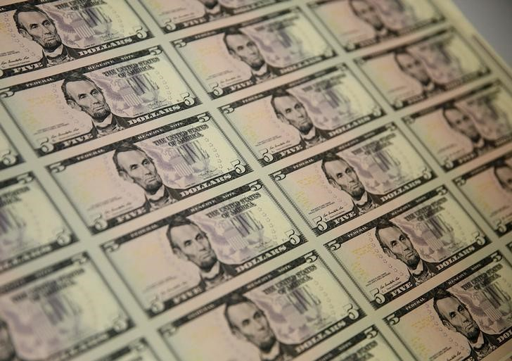 © Reuters.  Dollar remains under borad selling pressure on Mnuchin remarks