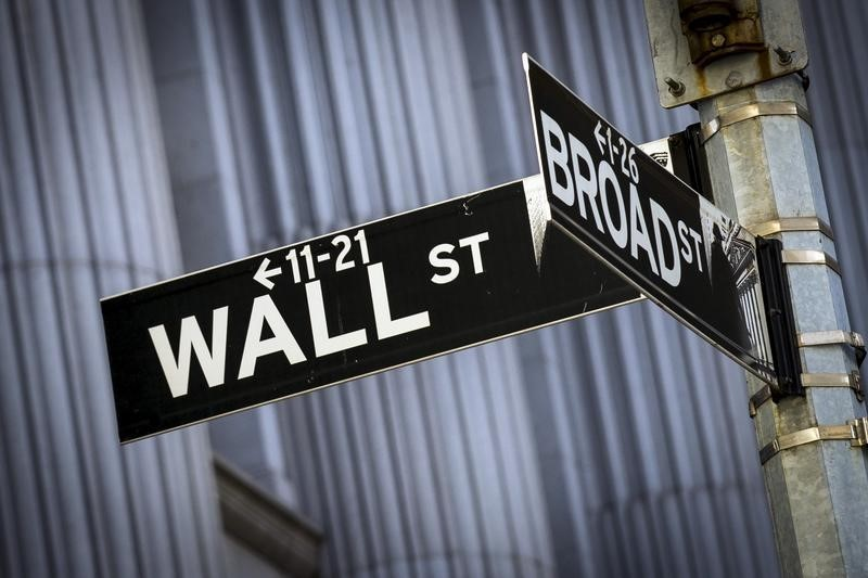 © Reuters.  Wall Street started flat on Friday.