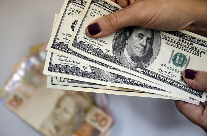 © Reuters.  Dólar tem leve alta frente ao real mesmo com exterior mais favorável