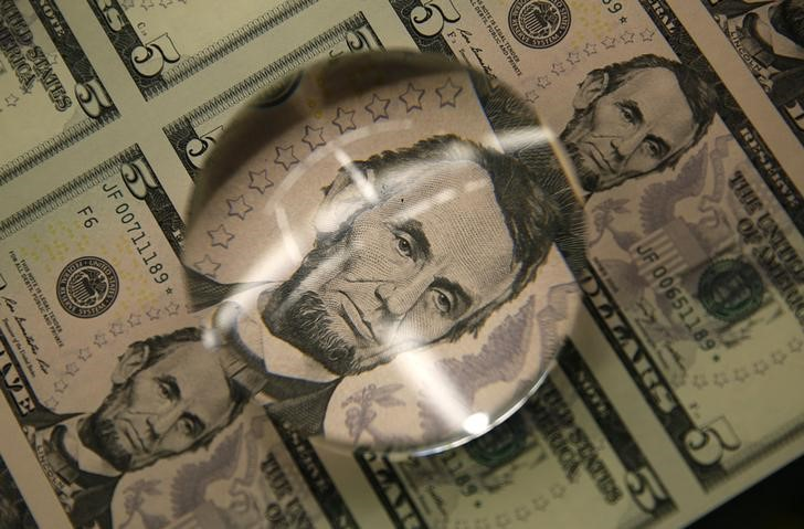 © Reuters.  Dollar comes under pressure ahead of data, Fed minutes also weigh