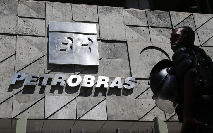 © Reuters.  ENFOQUE-Petrobras reduz ritmo de reajustes da gasolina e gera dúvidas no mercado