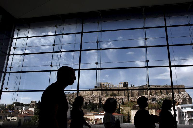 © Reuters.  Κομισιόν: Η Ελλάδα πρέπει να εφαρμόσει τις νομοθετημένες μειώσεις συντάξεων