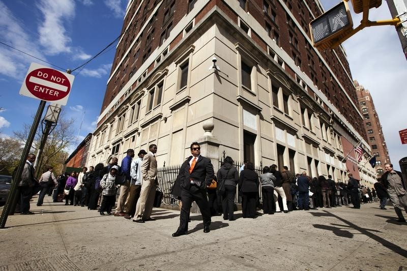 © Reuters.  U.S. jobless claims fall to 277,000 last week