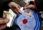 Рубль слабо колеблется к доллару и евро