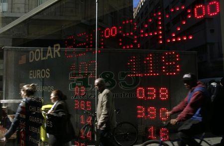 Moneda peruana cae afectada por avance global de dólar y caída del cobre