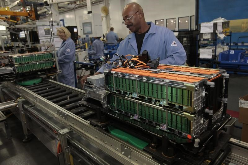 © Reuters.  U.S. manufacturing activity rises more than expected in July