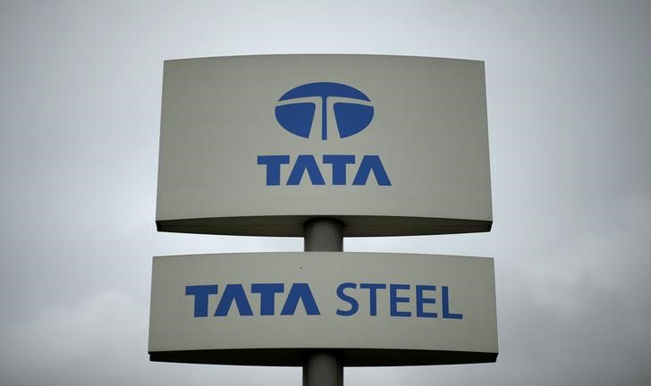 © Reuters.  UPDATE 1-India's Tata Steel profit lifted by one-off UK pension gain