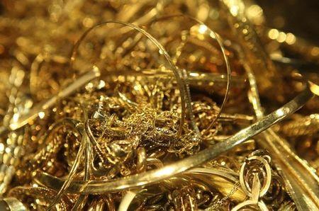 الذهب يحارب من أجل التماسك عقب صدور بيانات أمريكية مختلطة