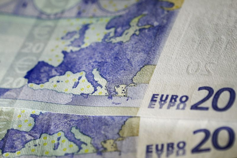 © Reuters.  Euro extends gains, hits 3-week high