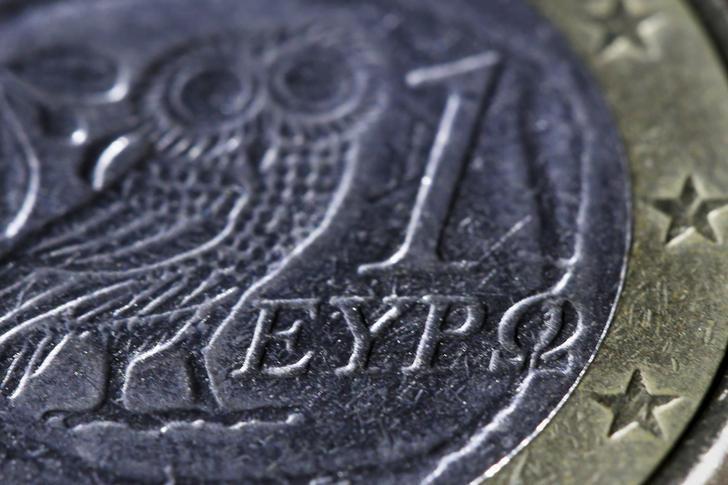 © Reuters.  La eurozona desembolsará 2.000 millones a Grecia y recursos para sanear banca