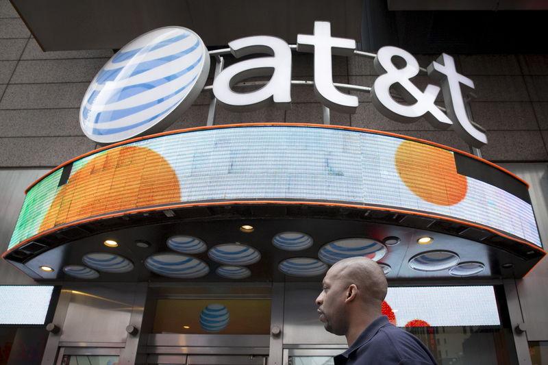 © Reuters.  AT&T Falls 3%